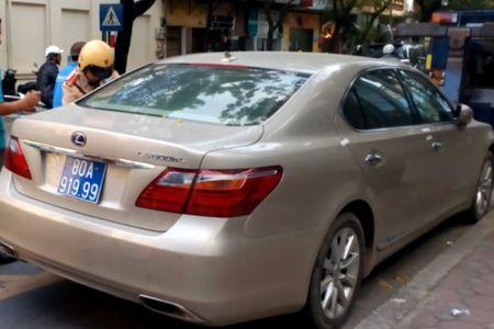 Tam giu xe Lexus bien xanh nghi mang BKS gia - Anh 1