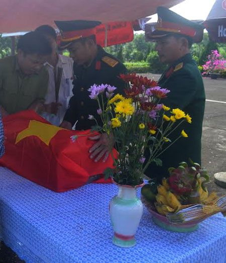 Thua Thien-Hue: Phat hien 6 bo hai cot liet si trong vuon nha dan - Anh 1
