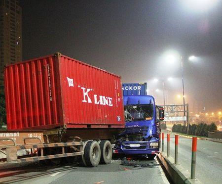Thung container tuot khoi xe, gay hoa tren cau Sai Gon - Anh 1