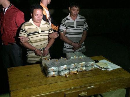 Nhoi gan 100 banh heroin trong binh xang xe ban tai - Anh 2