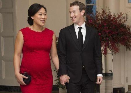 Mark Zuckerberg nghi hai thang de o ben con gai - Anh 1