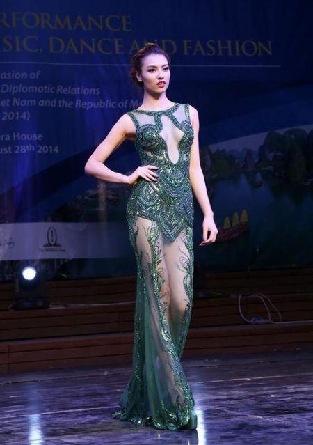 Hong Que va nhung bo trang phuc khong the sexy hon - Anh 10