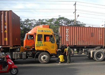 "Xe container ""hon nhau"" nat dau tren dai lo Doc Lap - Anh 1"