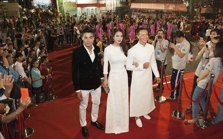 Truong Ngoc Anh–Kim Ly gay an tuong voi ao dai trang tai LHP Viet Nam - Anh 1