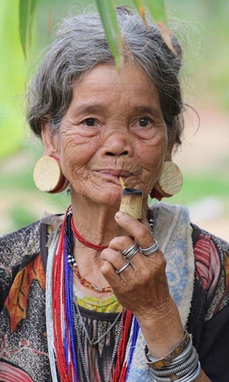 Bi an nhung hinh xam co xua con sot lai tren co the phu nu o Viet Nam - Anh 2