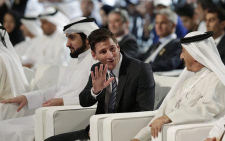 Khoe ho chieu Messi, mot canh sat bi bo tu - Anh 1