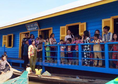 Truong hoc tren Bien Ho cho con em Viet kieu tai Campuchia - Anh 2