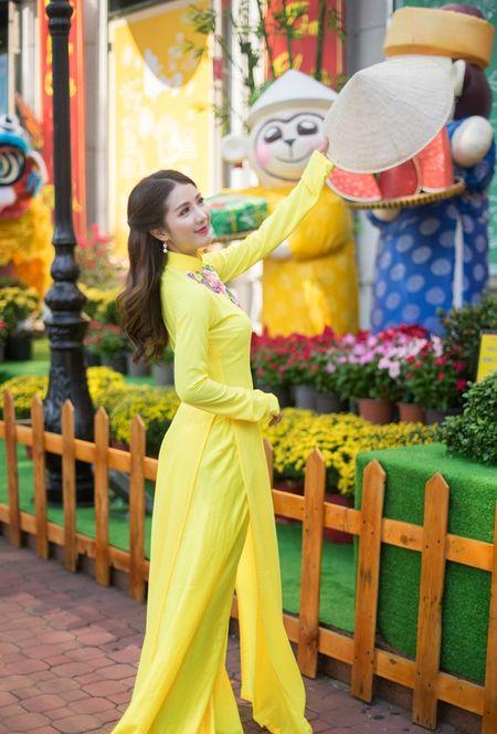Hot girl Linh Napie khoe sac xuan tren pho Sai Gon - Anh 11