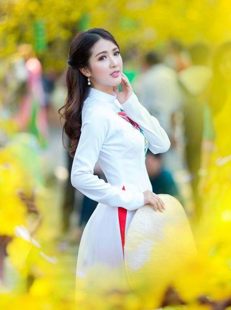 Hot girl Linh Napie khoe sac xuan tren pho Sai Gon - Anh 1