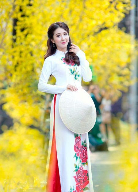 Hot girl Linh Napie khoe sac xuan tren pho Sai Gon - Anh 3