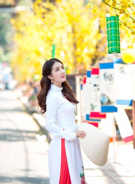 Hot girl Linh Napie khoe sac xuan tren pho Sai Gon - Anh 4