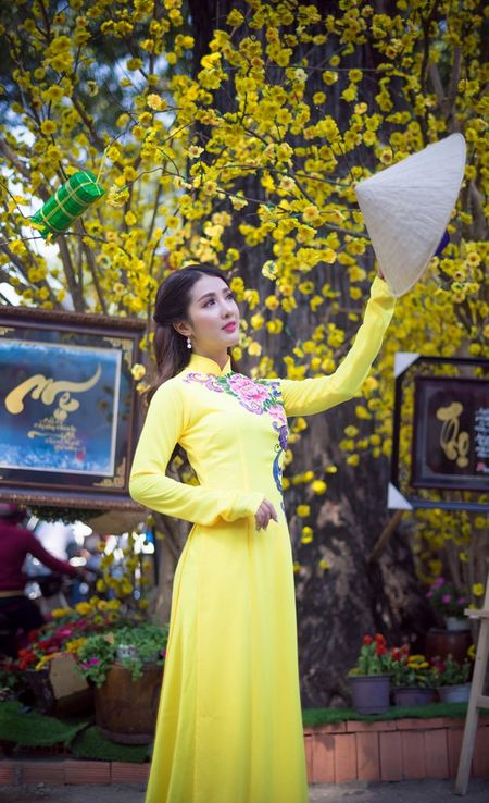 Hot girl Linh Napie khoe sac xuan tren pho Sai Gon - Anh 7