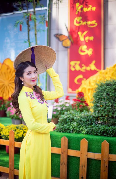 Hot girl Linh Napie khoe sac xuan tren pho Sai Gon - Anh 8