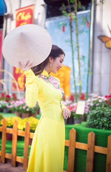 Hot girl Linh Napie khoe sac xuan tren pho Sai Gon - Anh 9