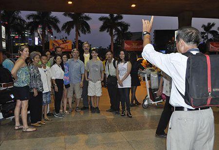 "San bay Tan Son Nhat van dang ""gong minh"" don Viet Kieu - Anh 3"