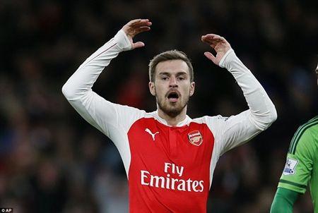 Arsenal hut hoi, vang ra khoi top 3 - Anh 1