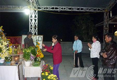 Nguoi dan xep hang vieng mo ong Nguyen Ba Thanh tu mo sang - Anh 2
