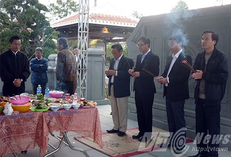 Nguoi dan xep hang vieng mo ong Nguyen Ba Thanh tu mo sang - Anh 4