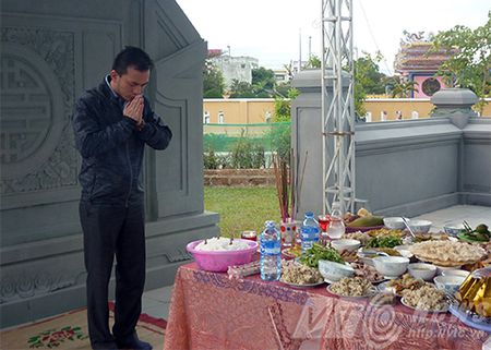 Nguoi dan xep hang vieng mo ong Nguyen Ba Thanh tu mo sang - Anh 6