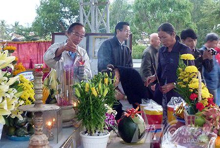Nguoi dan xep hang vieng mo ong Nguyen Ba Thanh tu mo sang - Anh 8