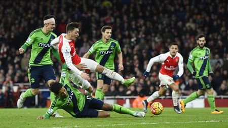 Arsenal: Mong manh mong vo dich - Anh 1