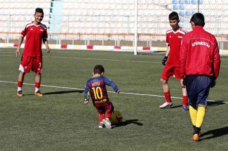 Fan nhi lay nilon lam ao dau cua Messi duoc tang hang hieu - Anh 1