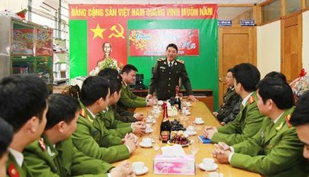 Thu truong Tran Viet Tan tham, chuc Tet gia dinh cac dong chi co lanh dao Bo Cong an - Anh 4