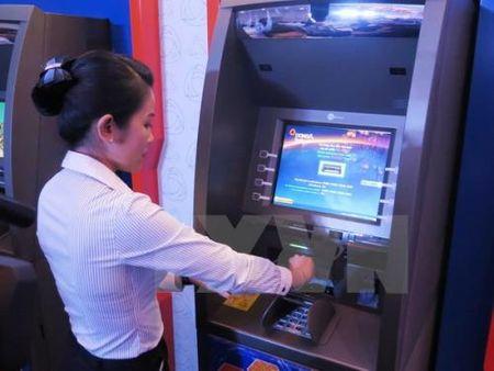 Nguoi dan van phai 'doi' de rut tien tu ATM - Anh 1