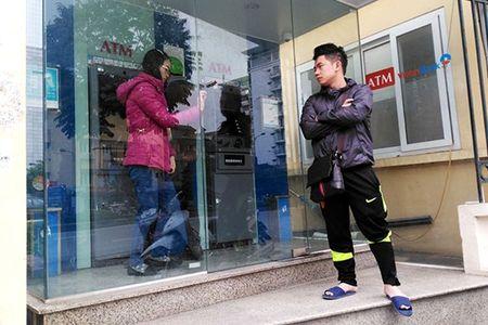 Hang loat ATM nghi Tet som, vao ngan hang rut tien bi tinh phi - Anh 1