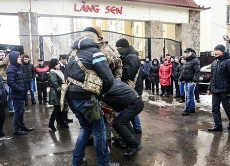 Ukraine da tha 2 cong dan Viet sau vu kham xet lang Sen - Anh 1