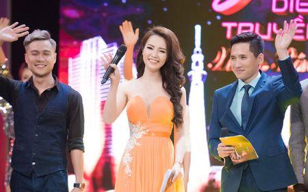 Thuy Van - Dinh Huong khoe sac khi thu hinh show cuoi nam - Anh 1