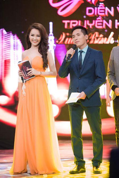 Thuy Van - Dinh Huong khoe sac khi thu hinh show cuoi nam - Anh 2