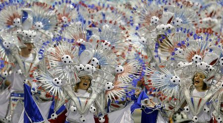 Bat chap virus Zika, Brazil to chuc carnival hoanh trang - Anh 1