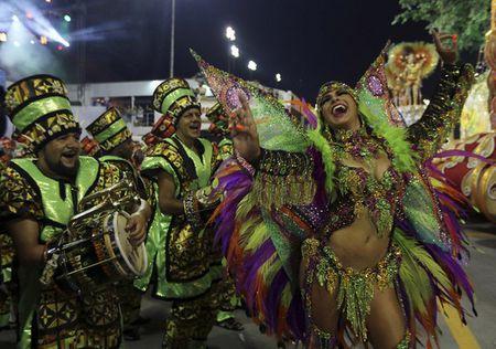 Bat chap virus Zika, Brazil to chuc carnival hoanh trang - Anh 4