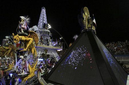 Bat chap virus Zika, Brazil to chuc carnival hoanh trang - Anh 8