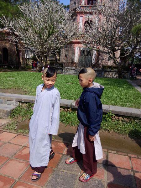 Nguoi dan Hue no nuc di chua le Phat cau may dau nam - Anh 7