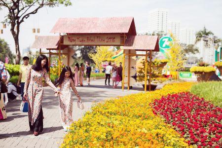 Dinh Y Nhung cung con tron dao dien Luu Huynh di choi Tet - Anh 2