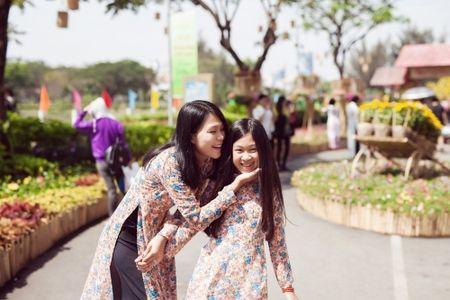 Dinh Y Nhung cung con tron dao dien Luu Huynh di choi Tet - Anh 7