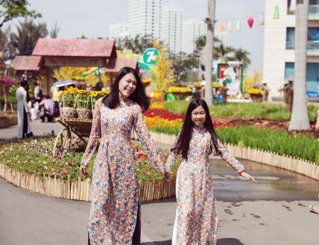 Dinh Y Nhung cung con tron dao dien Luu Huynh di choi Tet - Anh 8