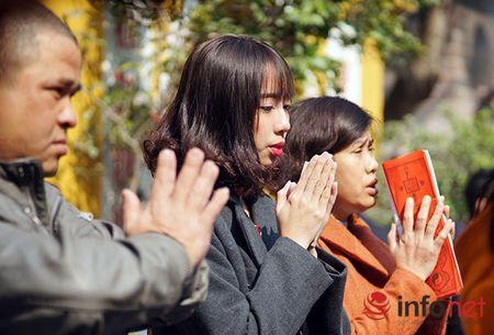 Nguoi dan Ha Noi ra duong don Tet trong nang am - Anh 11