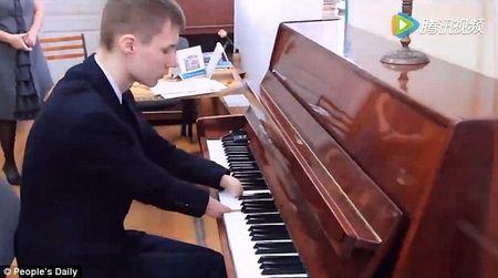 Cau be khong tay choi Piano khien ca the gioi nguong mo - Anh 1