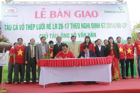 Vietcombank Quang Ngai ban giao tau cho ngu dan - Anh 1