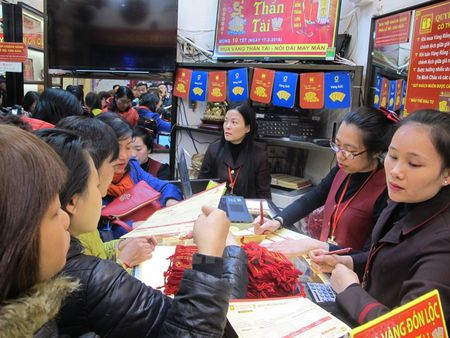 Gia vang SJC chi cao hon the gioi khoang 140.000 dong moi luong - Anh 1