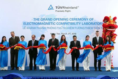 TUV Rheinland van hanh phong thu nghiem trieu USD o Viet Nam - Anh 1