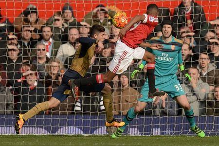 Arsenal da thieu vang mot tien ve trung tam dang cap tai Old Trafford - Anh 1