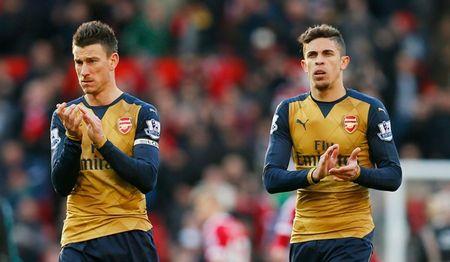 Arsenal da thieu vang mot tien ve trung tam dang cap tai Old Trafford - Anh 2