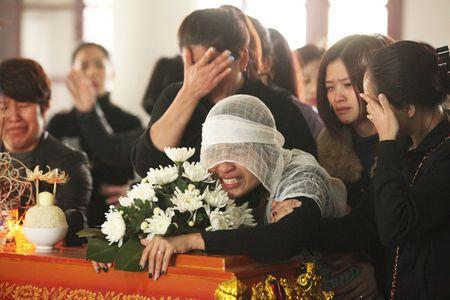 Vu Camry tong chet 3 nguoi: Me khoc ngat ben linh cuu con - Anh 10