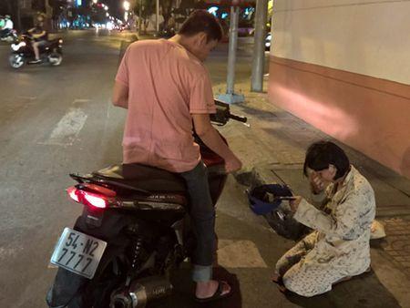 Nhan tien mat khi thong bao nguoi xin an o Nha Trang - Anh 1