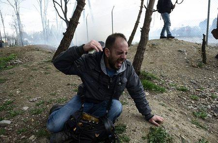 Nguoi ti nan xo do hang rao thep gai tran sang Macedonia - Anh 11