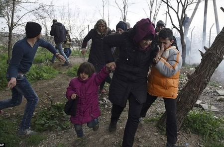 Nguoi ti nan xo do hang rao thep gai tran sang Macedonia - Anh 9